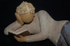 Escultura: niño leyendo