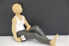 Escultura: señora sentada con flor
