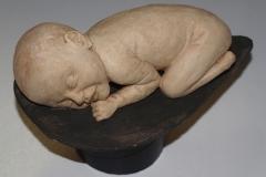Escultura: bebé durmiendo